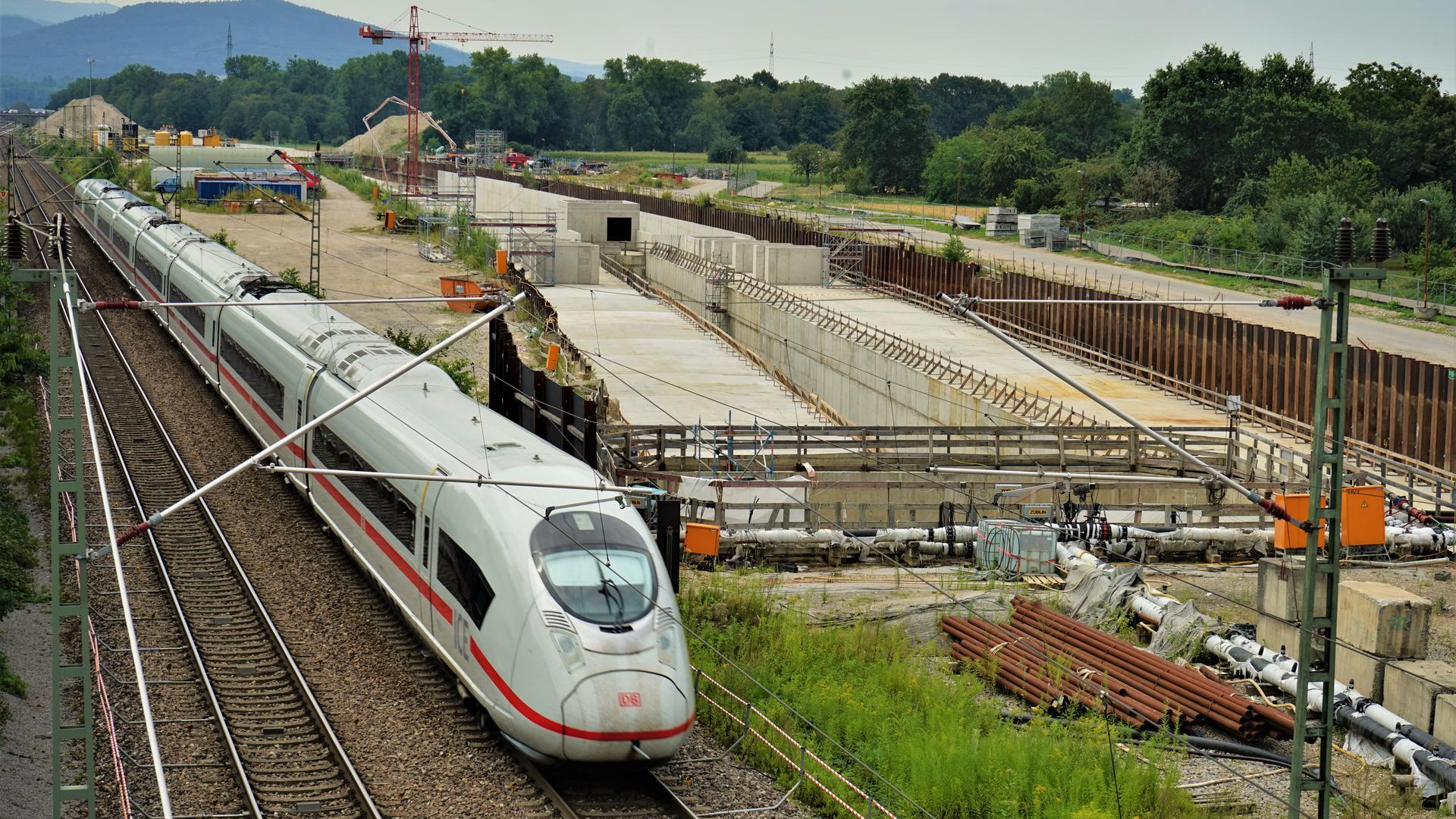 Während die Bohrer im Untergrund verharrten, baute die Deutsche Bahn im Außenbereich weiter. Von den beiden Rampen bei Niederbühl führt die Neubautrasse weiter entlang der bestehenden Rheintalstrecke.