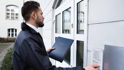 Erste Hürde Klingel: Um zu verhindern, dass Unbefugte sich Zutritt in ein Haus verschaffen, sollten Anwohner nicht einfach auf den Summer drücken.