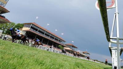 Eine Reitergruppe läuft am Sonntag auf der Galopprennbahn Iffezheim am letzten Tag des Frühjahrsmeeting in das Ziel ein. Sportlicher Höhepunkt des sechs Renntage umfassenden Galopper-Meetings ist der Große Preis der Badischen Unternehmen.