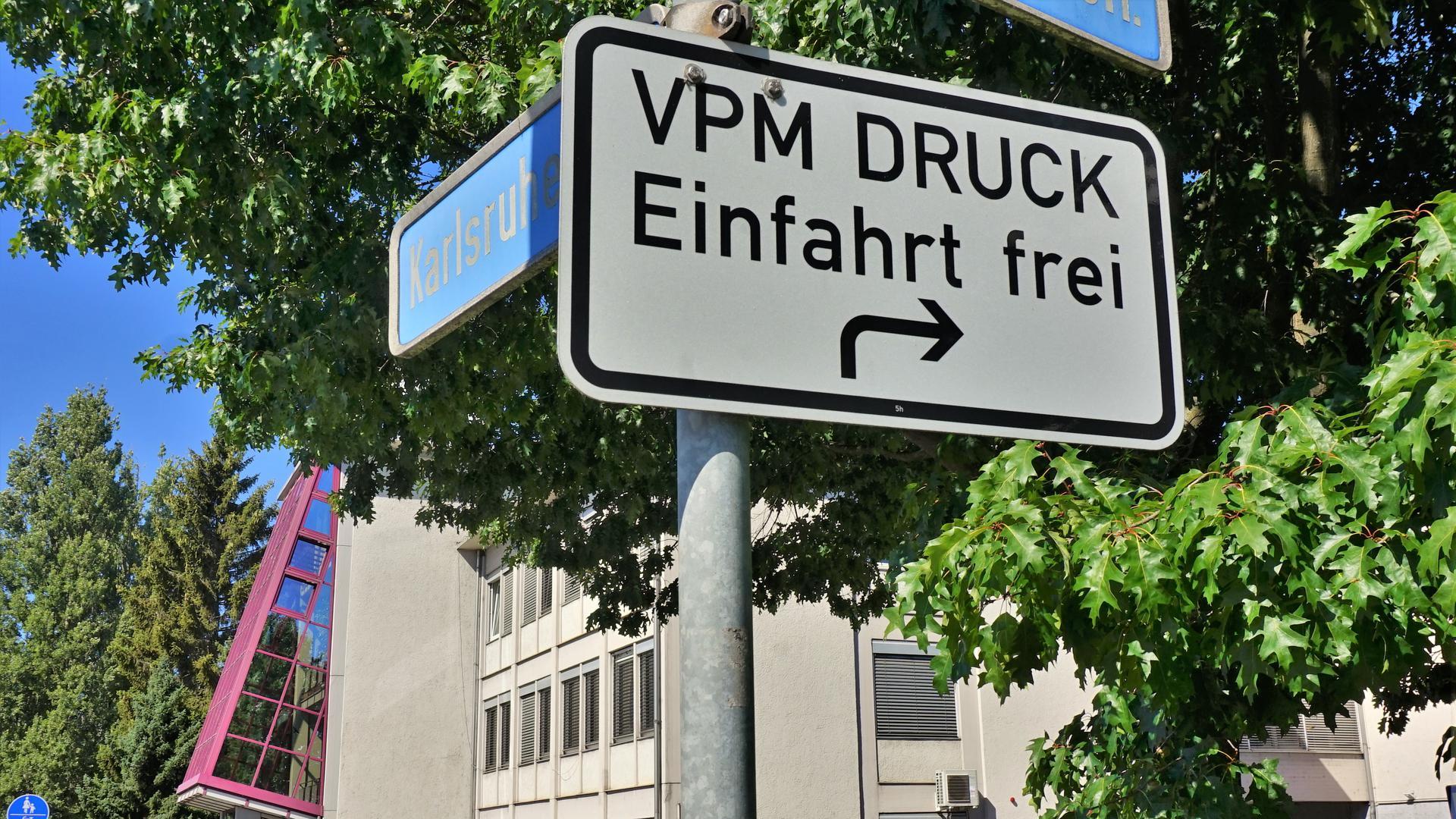 Ein Straßenschild vor einem Gebäude.