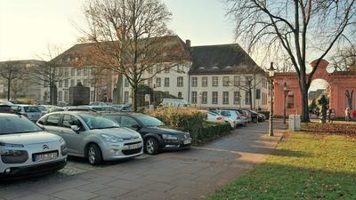 Müssen weichen: Vier der alten Bäume am Postplatz sollen bei der Umgestaltung gefällt und durch junge Bäume ersetzt werden. Das spart Geld.