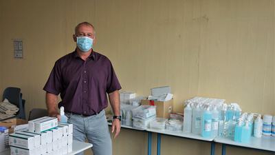 Ein Mann mit Maske in einem Raum voller Desinfektionsmittel.