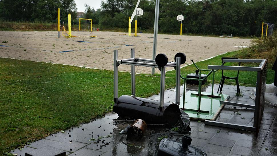 Zerstörung hinterließ der Sturm nicht nur in der Natur, sondern wie hier auch mit Sachschäden auf einem Volleyballfeld in Durmersheim.