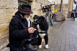 Seit 43 Jahren lebt dieser Mann ohne festen Wohnsitz. Bei der Wohnungslosenhilfe der Caritas in Rastatt bekommt er seinen Tagessatz an Geld.