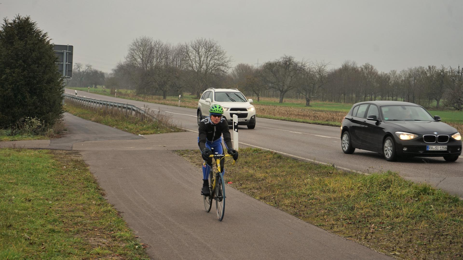 Ein Rennradfahrer fährt auf dem neuen Fahrradweg an der Landstraße 67.