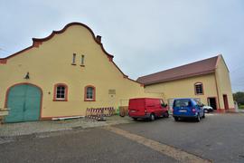 Ein gelbes Gebäude.