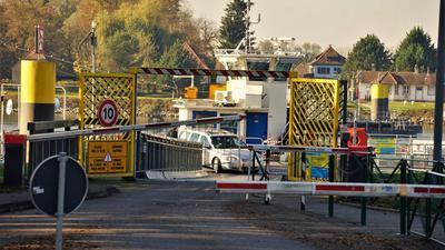 Nicht viel los: Anders als im Frühjahr pendelt die Rheinfähre zwischen Plittersdorf auf deutscher und Seltz auf französischer Seite. Freizeittouristen sollten das Angebot wegen der strengen Regeln in Frankreich allerdings nicht nutzen.