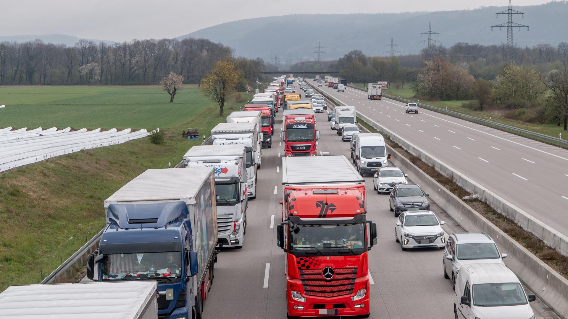 Auf der A5 bei Rastatt hat sich am Montagmorgen ein tödlicher Unfall ereignet.