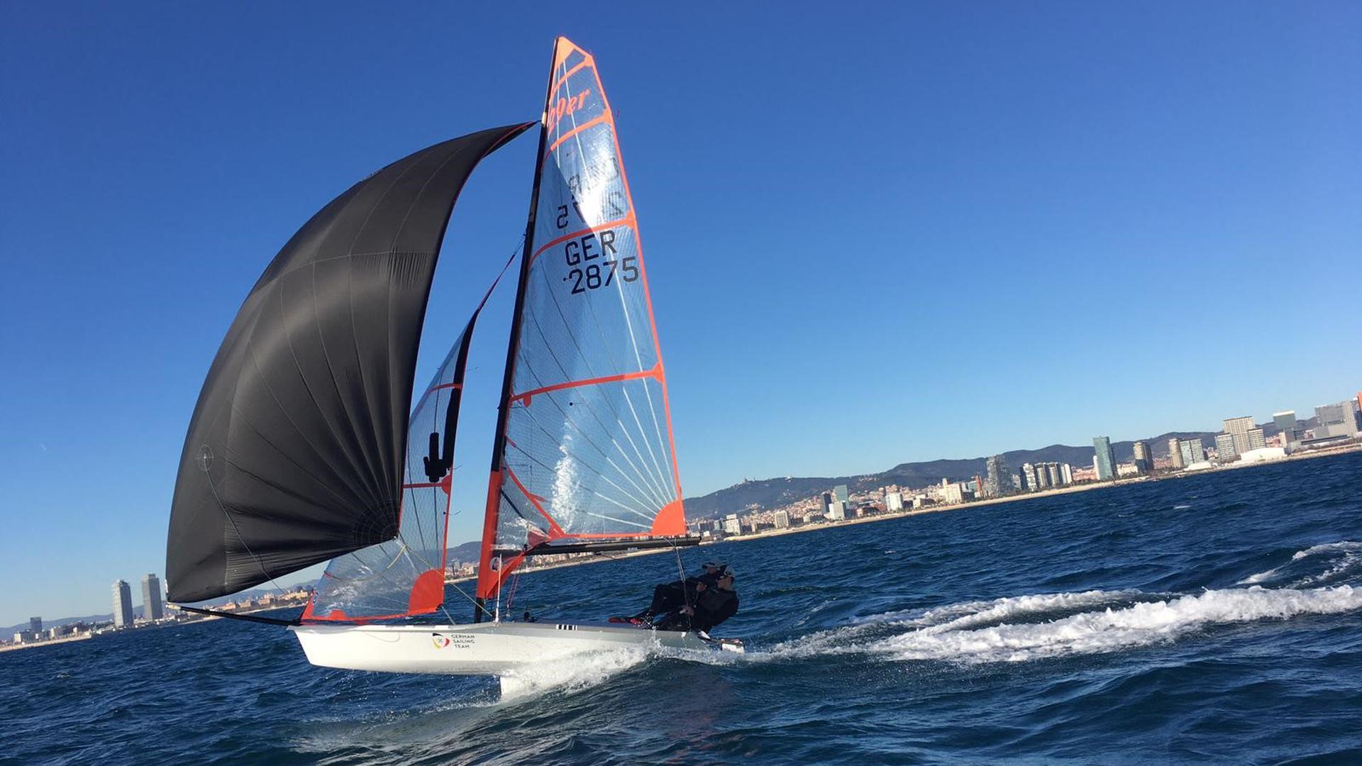 Riko Rockenbauch und Moritz Dorau auf ihrem 29er-Segelboot vor der Küste Barcelonas