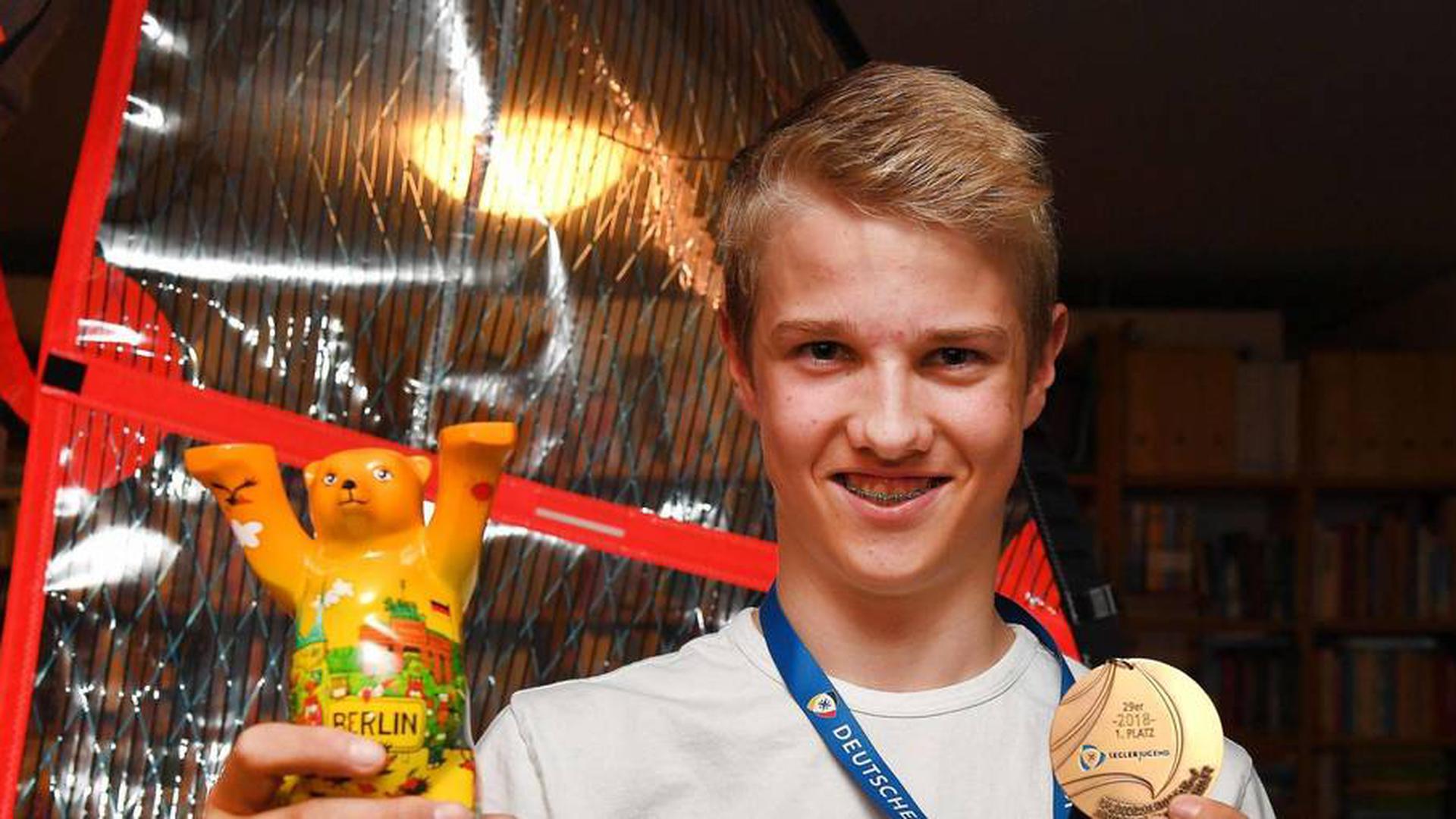 Riko Rockenbauch zeigt die Goldmedaille, die er auf der Internationalen Deutschen Meisterschaft 2018 holte