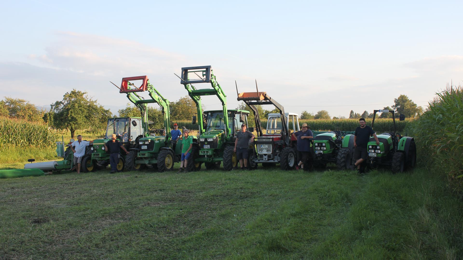 Gemeinsam aktiv für die gute Sache: Rieder Bauern spenden ihr Gras an Tierhalter im Überschwemmungsgebiet.