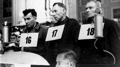 Die Hauptangeklagten Herbert Oehler (Nummer 16), Walter Telschow (Nummer 17) und Oskar Winterbauer (Nummer 18) beim zweiten Prozess im Dezember 1946.