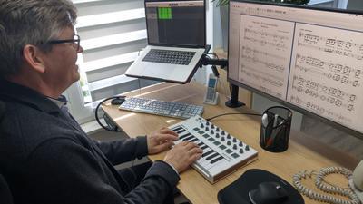 Ein Mann arbeitet an seinem Computer