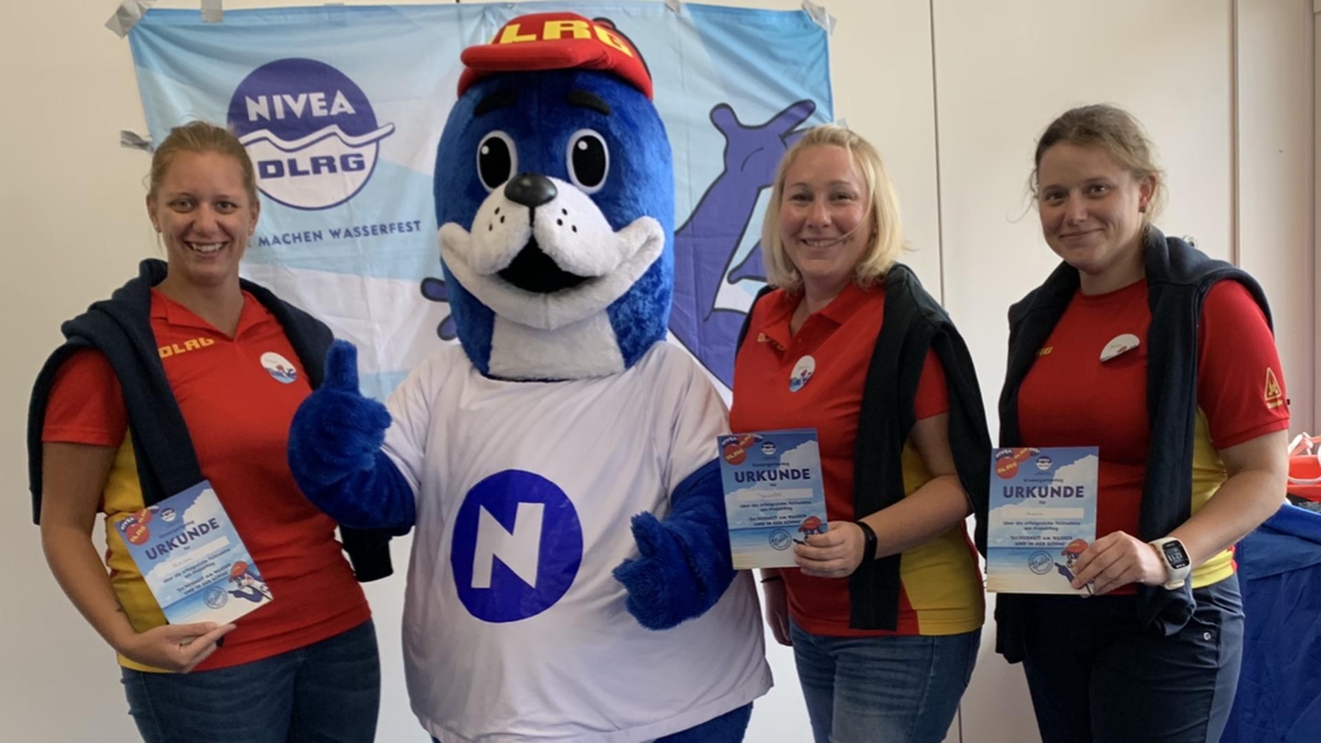 Miriam Flackus, Jennifer Wiesner, Anna Kerzemien (von links) von der DLRG Ortsgruppe Rastatt mit Zertifikat und Seehund Nobbi