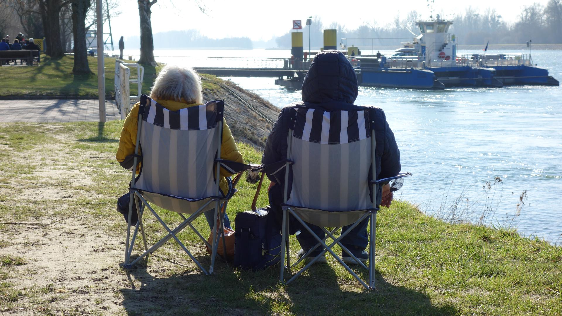 Entspannung am Rhein: Gemütlich genießen diese beiden Ausflügler die wärmende Sonne bei Plittersdorf.