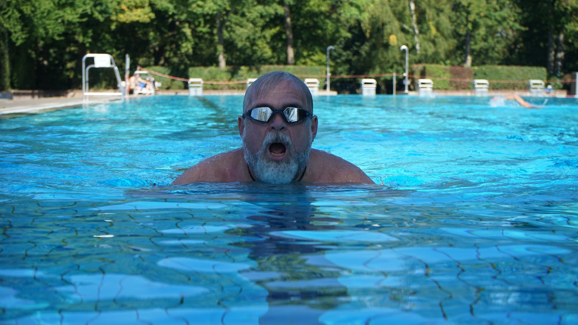 Ein Mann schwimmt in einem Becken