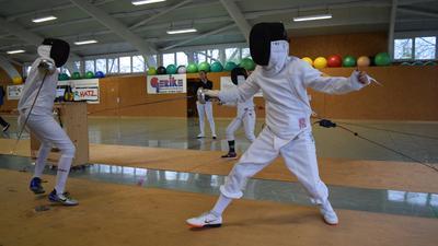 Wieder erlaubt: Trainingsgefechte in voller Montur mit Maske, Anzug und Waffe.