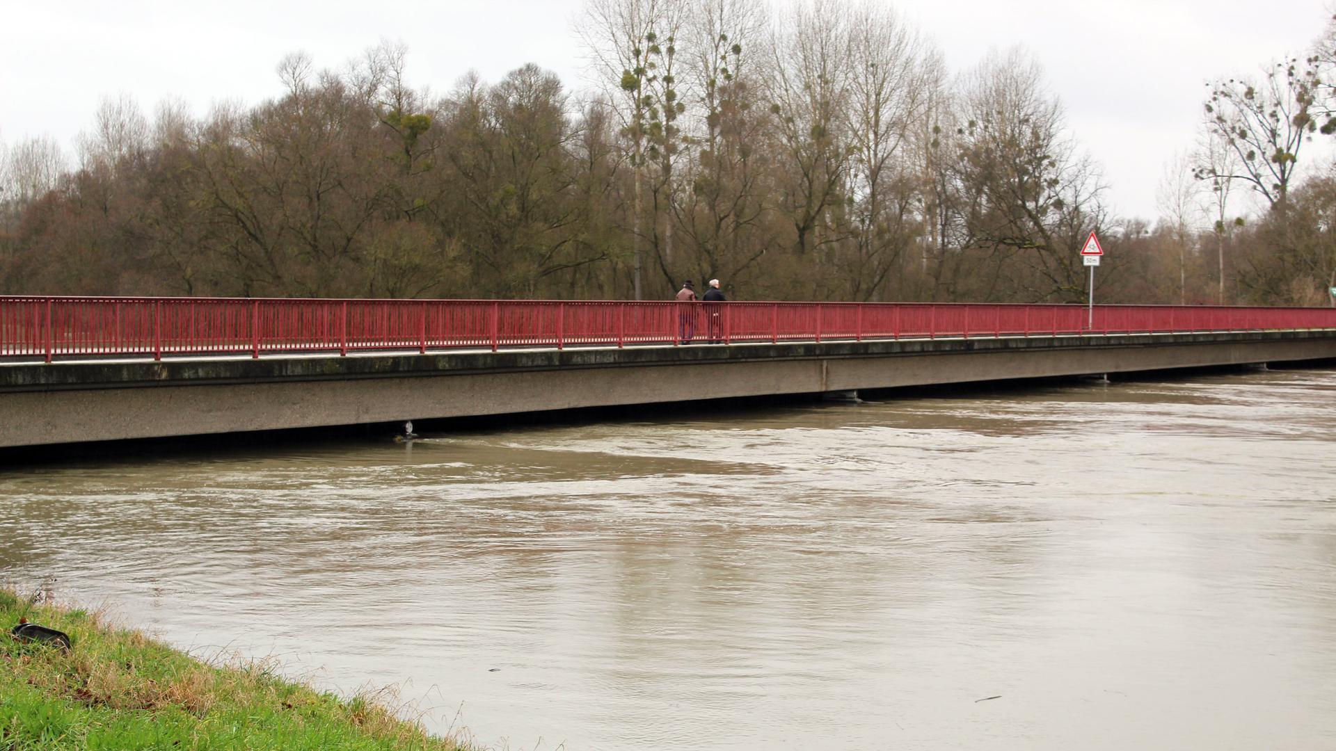Für Autos gesperrt: An der Plittersdorfer Ankerbrücke wurde als technische Barriere vorsorglich ein Dammbalkensystem  eingesetzt, um ein Abfließen des Hochwassers in den Ort zu verhindern.