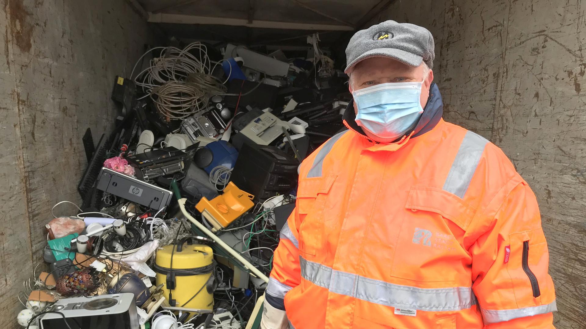 Eine bunte Mischung: Im Container für Kleingeräte häufen sich allerlei Kabel auf alten Radios, kaputten Toastern, ausrangierten Druckern und Staubsaugern. Die Mitarbeiter der Elektroschrott-Sammelstelle in Rastatt sorgen dafür, dass alles im richtigen Behälter landet.