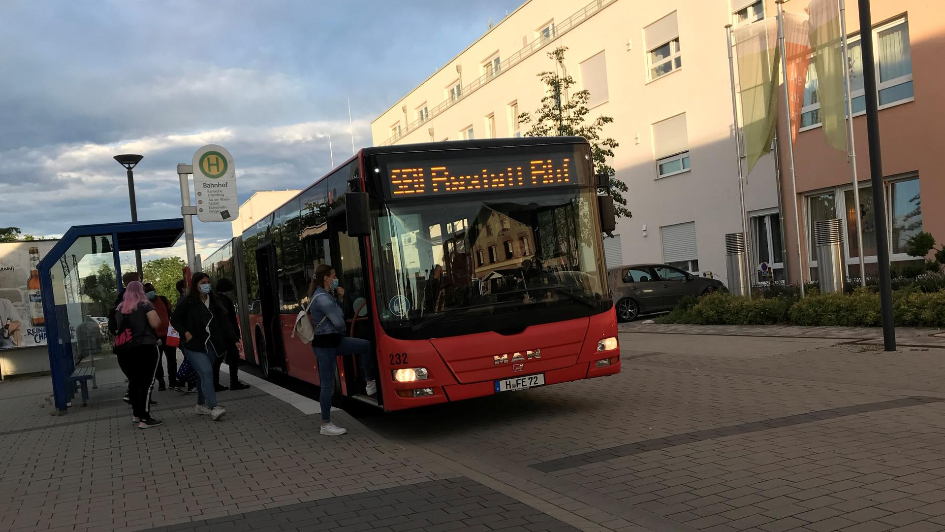 Bus, Menschen, Haltestelle