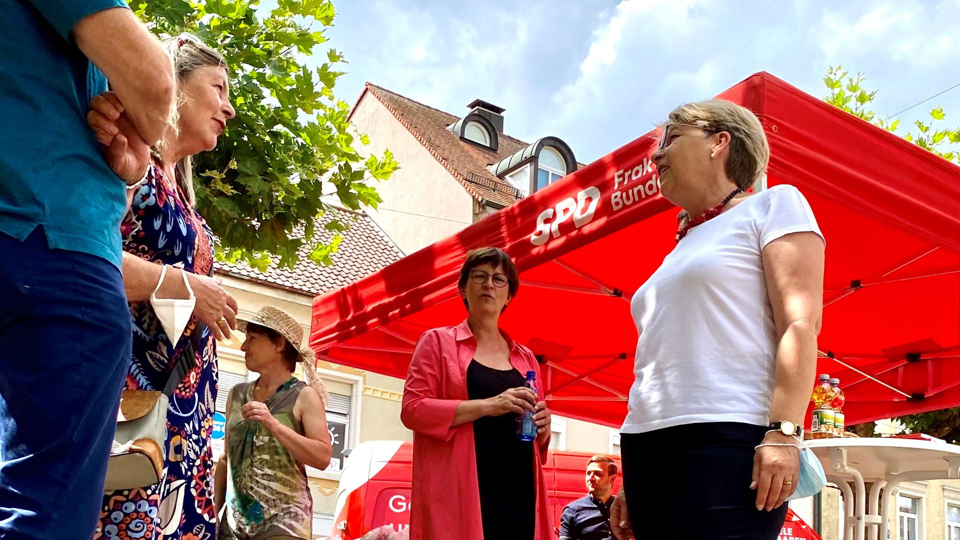 Saskia Esken am SPD-Wahlkampfstand auf dem Rastatter Marktplatz.