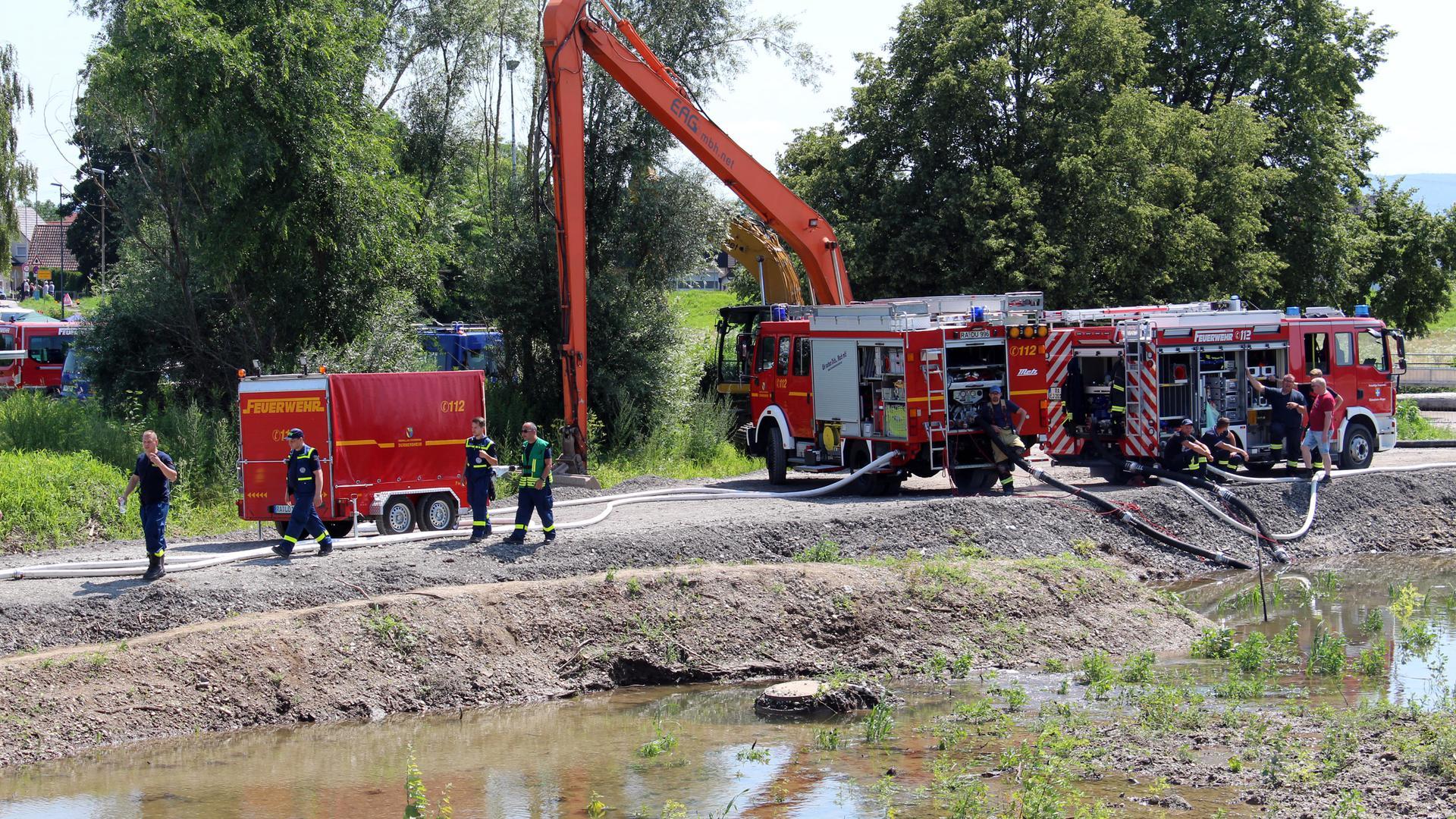 Feuerwehrfahrzeuge an der Einsatzstelle beim Schöpfwerk Rheinstraße in Elchesheim Illingen.