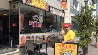 Imbissbetreiber Hasan Paker darf vor seinem Laden in der oberen Kaiserstraße in Rastatt