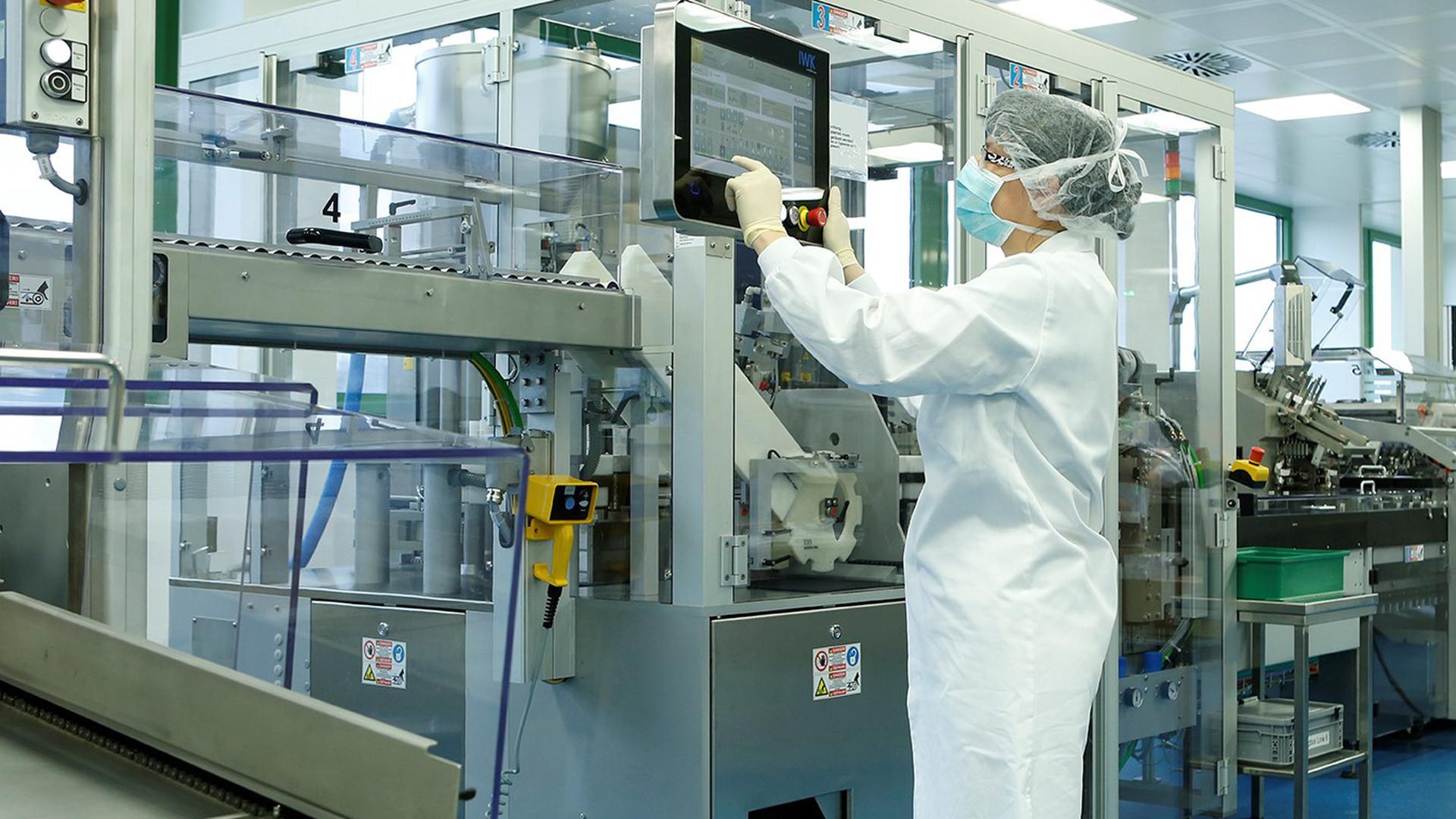Eine Mitarbeiterin der Firma Heel produziert mit Knopfdruck Salbe. Weltweit vertreibt das Unternehmen Arzneimittel in 50 Ländern.