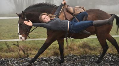 """Die Showreiterin Hero Merkel ist im Sommer mit ihrer Show """"Horses und Heroes"""" unterwegs."""