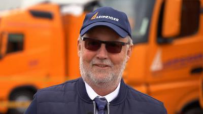 Ein Mann mit einer Mütze und Sonnebrille.
