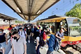 Viele Menschen auf einem Gleis.