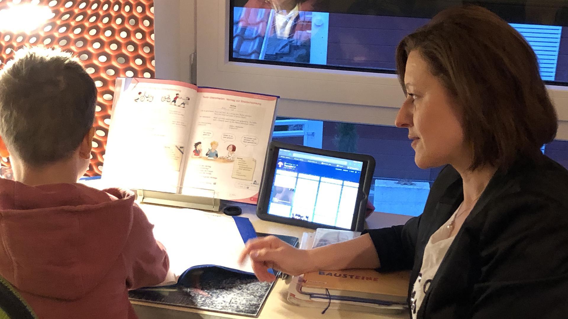 Veronika Laukart, Bürgermeisterin von Au am Rhein, mit ihrem jüngsten Sohn am Schreibtisch