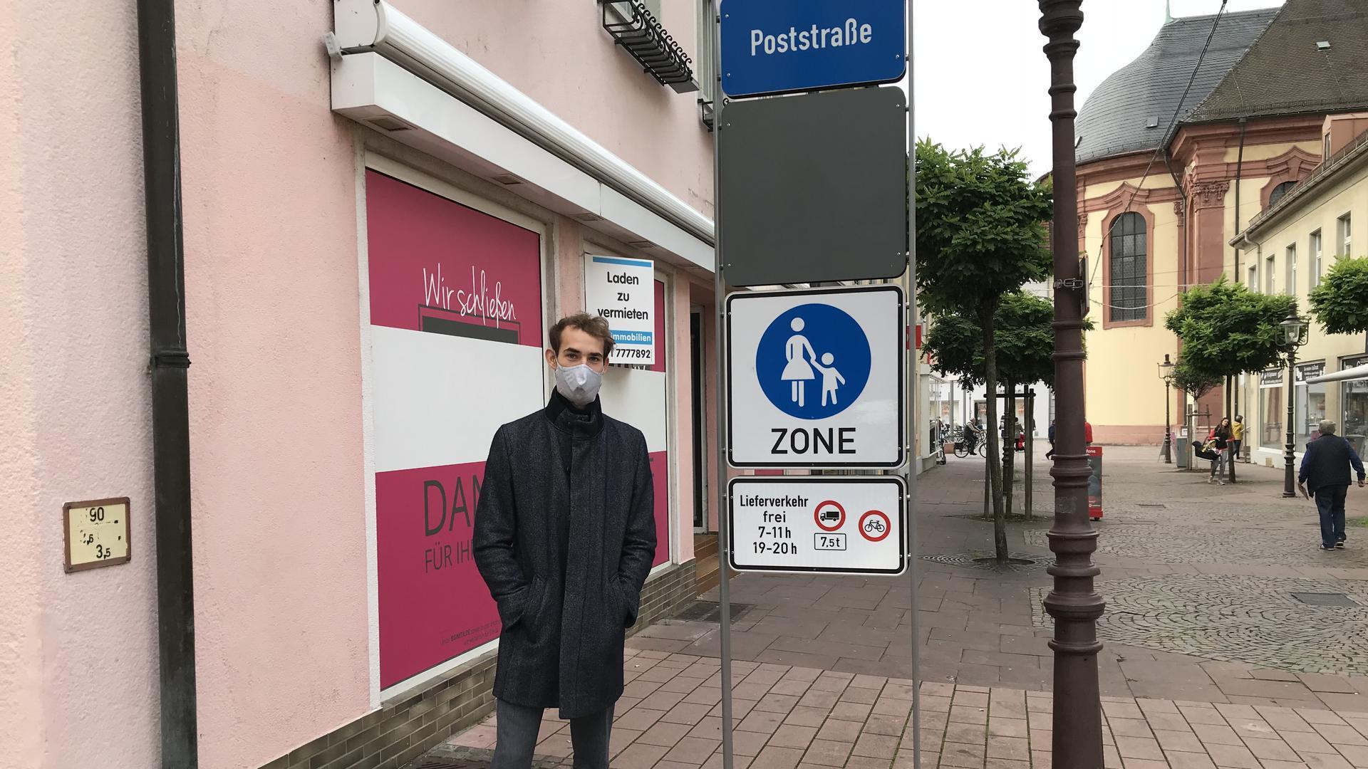 Ein Mann in einer Fußgängerzone.