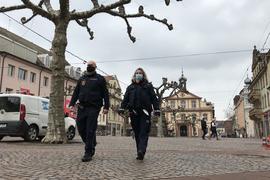 Auf Streife: Stadtpolizisten sind auf dem Marktplatz von Rastatt unterwegs. Insgesamt hat die Bußgeldstelle der Stadt im vergangenen Jahr 1.257 Anzeigen in Zusammenhang mit der Corona-Verordnung veranlasst.