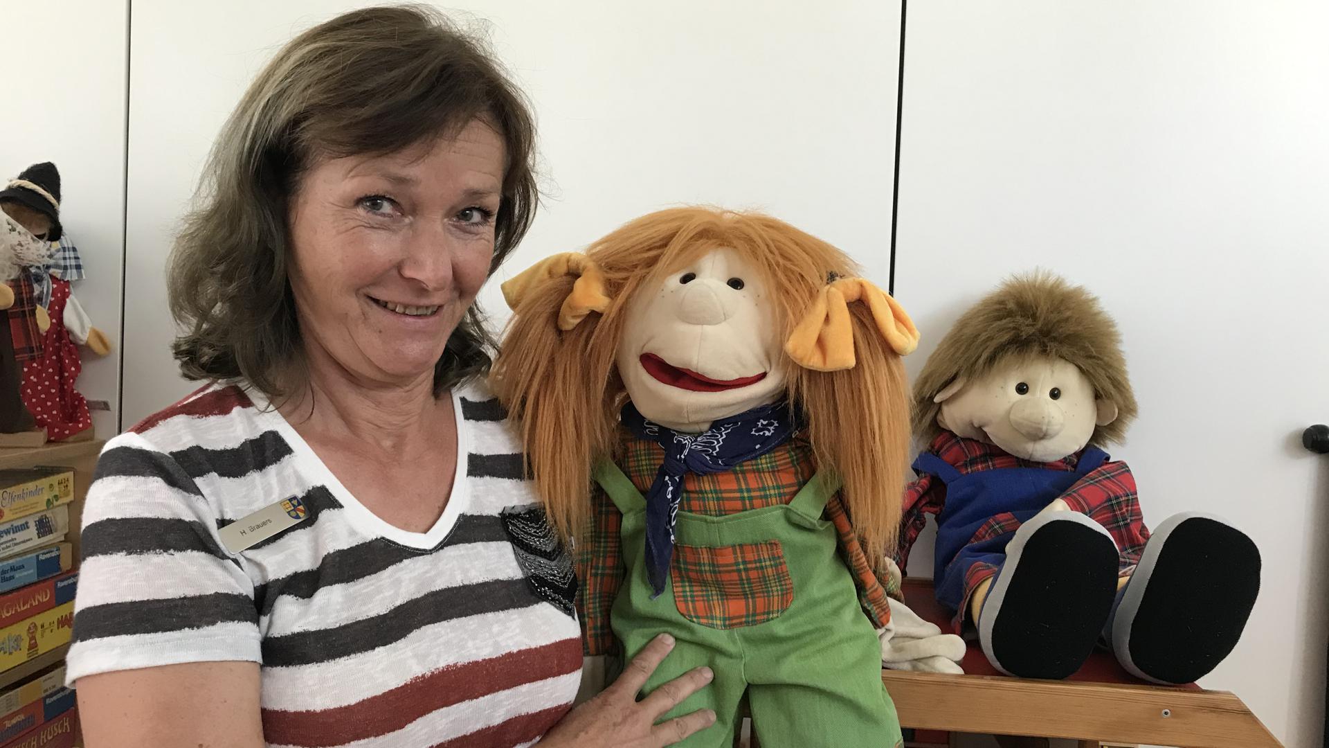 Puppen als Eisbrecher: Wenn sich Hilde Brauers mit kleinen Kindern über traumatische Erfahrungen unterhält, kommen nicht selten die freche Handpuppe Lucy und ihr Bruder Kalle zum Einsatz.