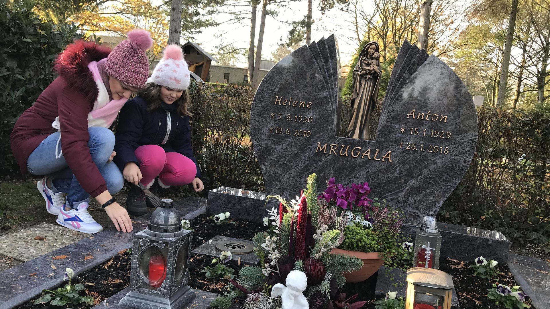 Grabpflege, Mutter und Tochter auf dem Waldfriedhof Rastatt