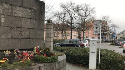 Zieht bald um: Das 30er Denkmal auf dem Postplatz soll bald in den Schlossgarten umziehen. Viel mehr passiert dann aber erstmal nicht.