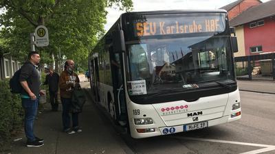 Bus, drei Männer