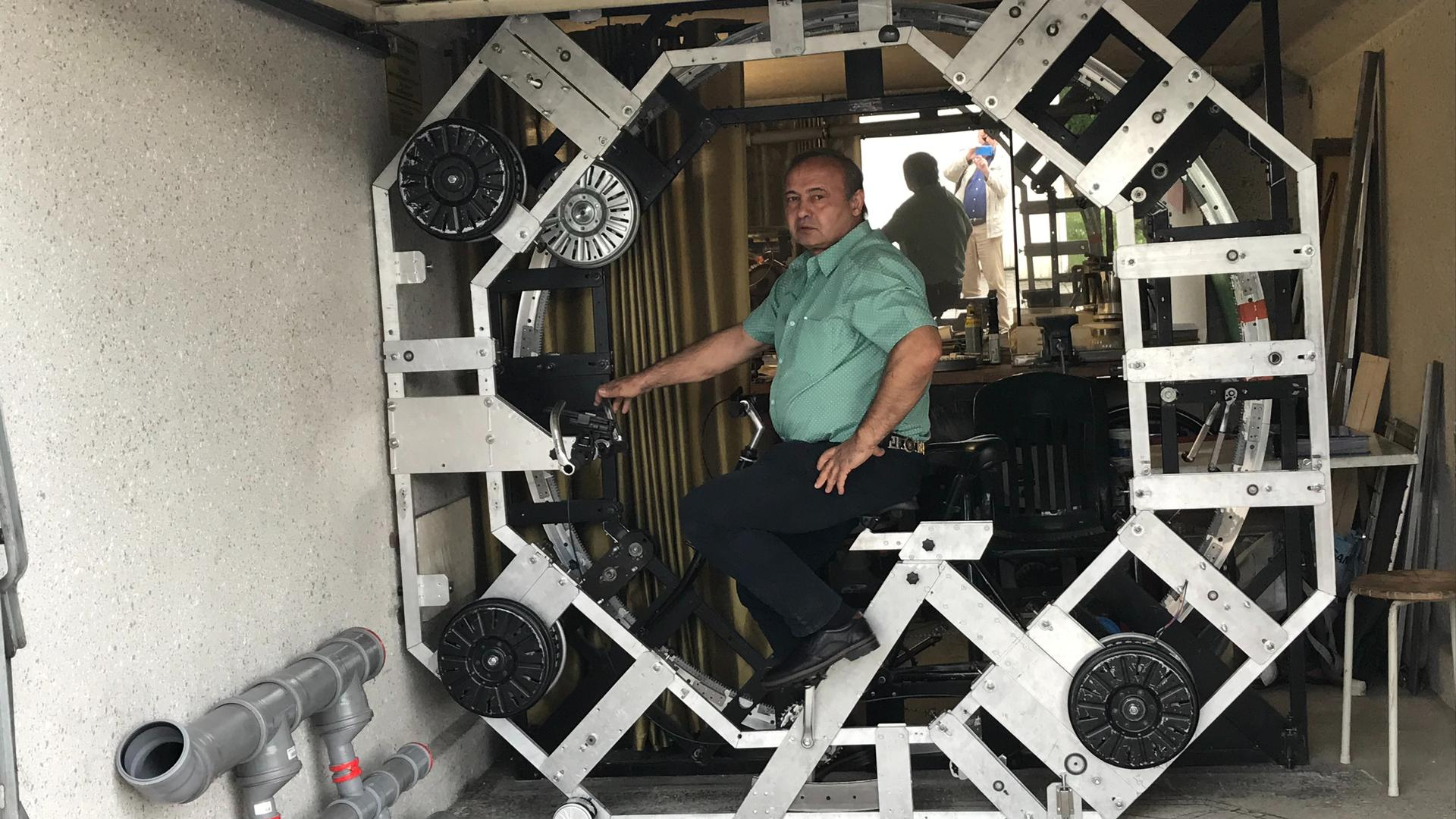 Mann, Maschine, Garage