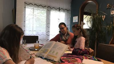 eine Familie beim Homeschooling