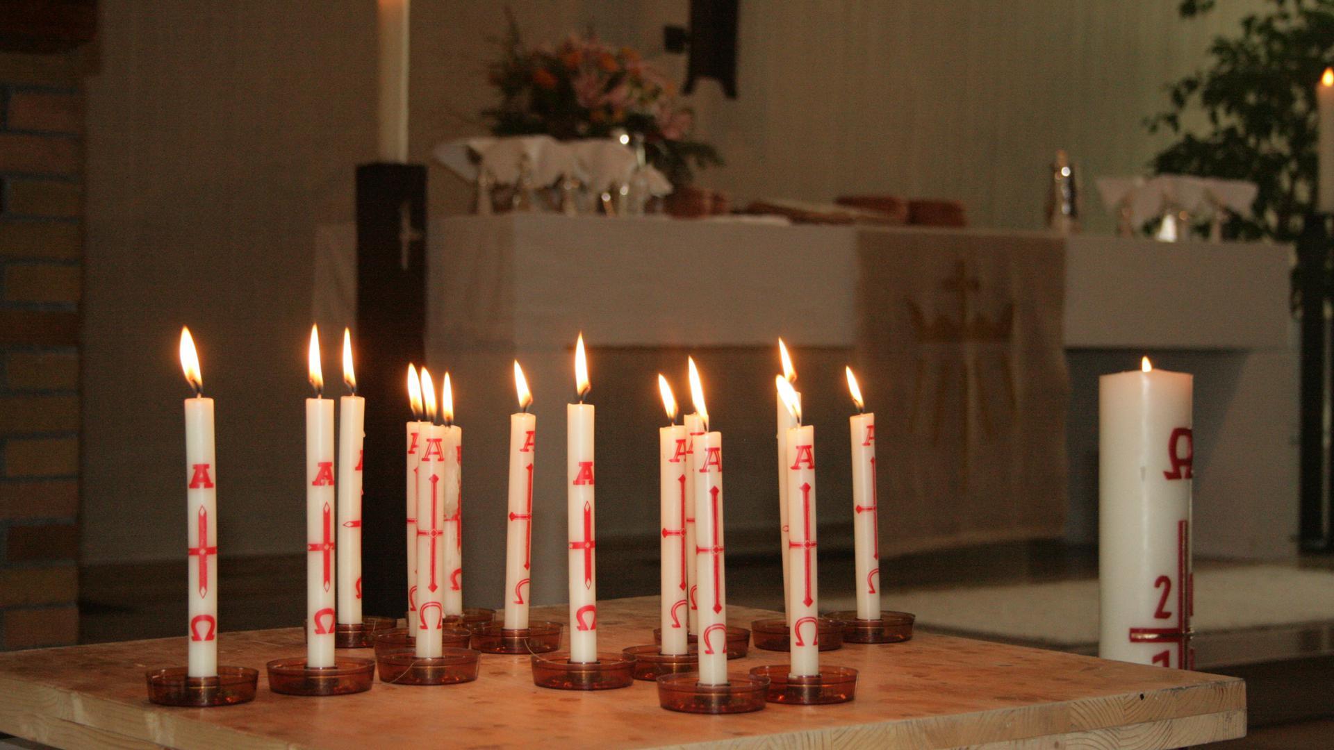 Kerzen brennen in einer Kirche, Johannesgemeinde Rastatt