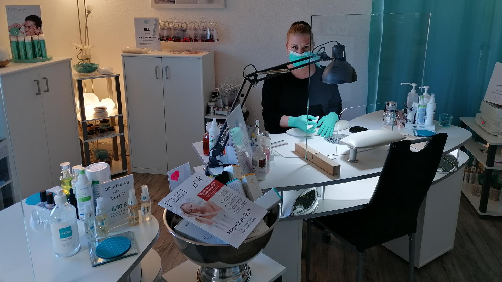 Tanja Hornung in ihrem Kosmetik- und Nagelstudio in Rastatt