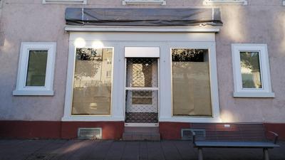 Die Schaufenster der Räumlichkeiten, in denen früher das Farbenfachgeschäft Pfeffinger war, sind zugeklebt.
