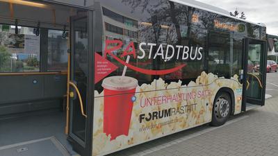 Bus mit geöffneten Türen an der Haltestelle vor dem Tulla-Gymnasium in Rastatt