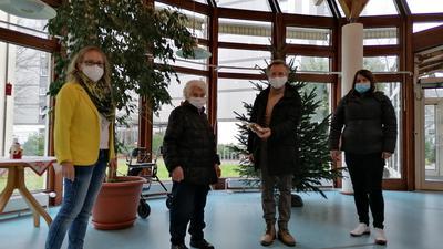 Klaus Peter Hellwig (Zweiter von rechts) und Sarah Schereda (rechts) von der Seniorenhilfe Rastatt besuchen die 93-jährige Elisabeth Bockel (Zweite von links) und übergeben ihr ein kleines Weihnachtsgeschenk. Mit dabei auch Annette Westhof, die kaufmännische Leiterin im Martha-Jäger-Haus in Rastatt.