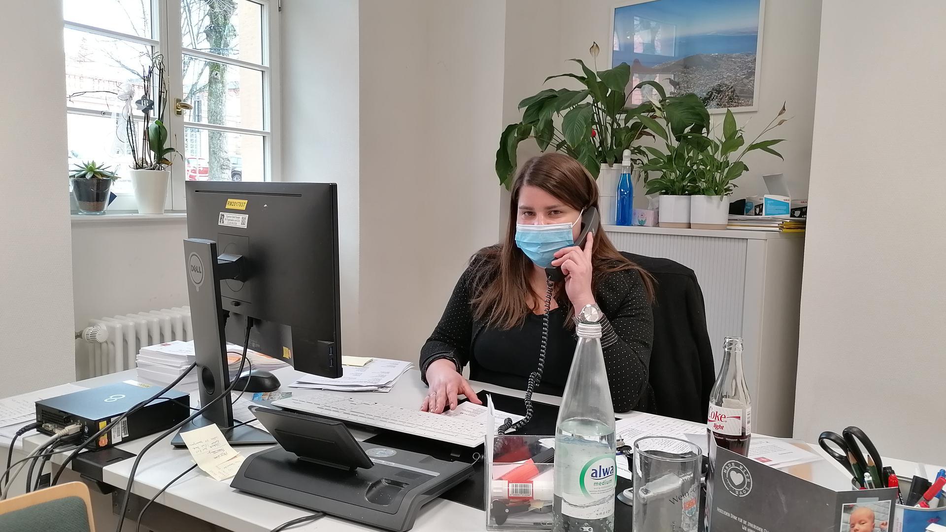 Sarah Schereda von der Seniorenhilfe Rastatt sitzt in ihrem Büro am Schreibtisch und telefoniert.