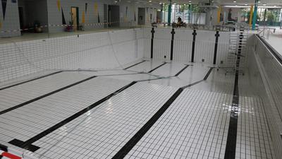 Ein leeres Schwimmbecken ohne Wasser.