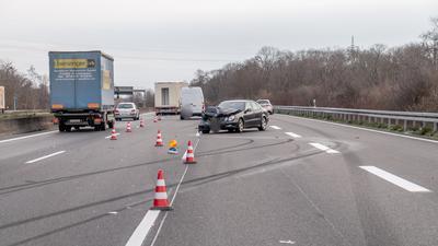 Der zerstörte Mercedes auf der A5 bei Rastatt.