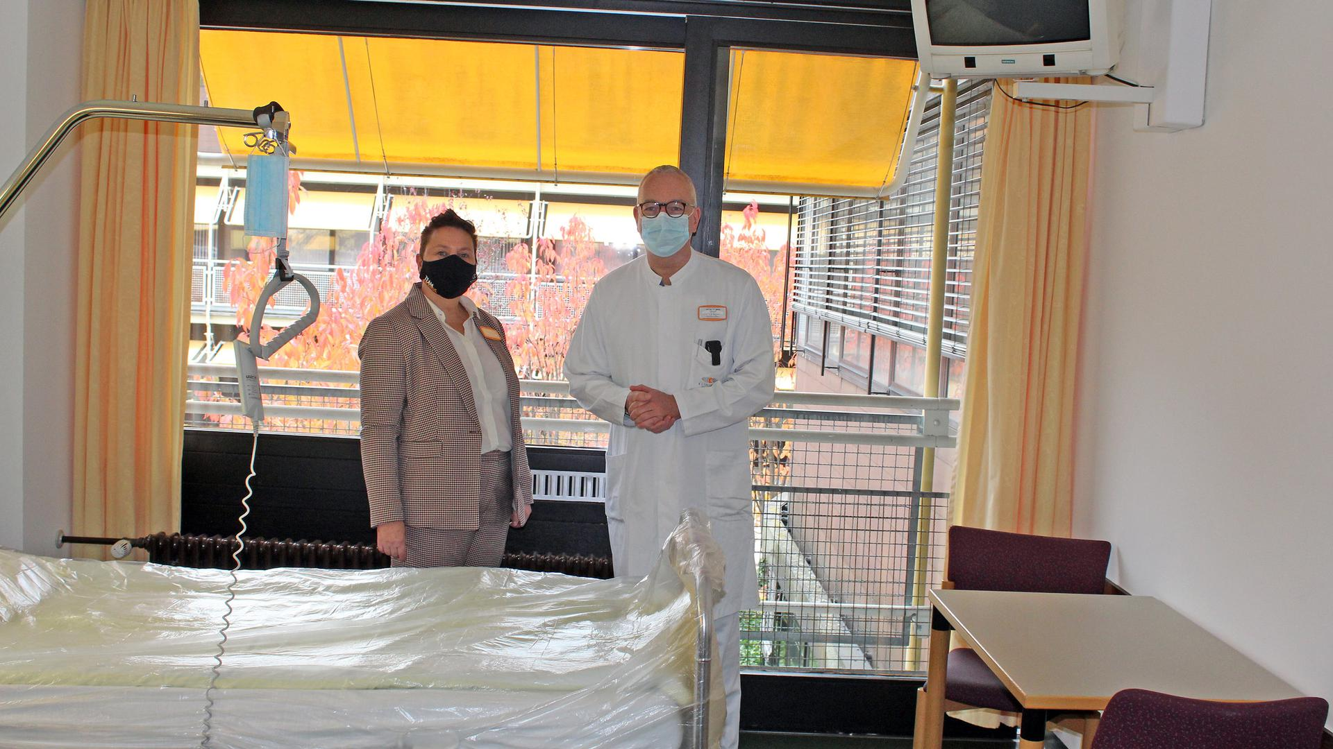 Zwei Menschen in einem Krankenhauszimmer.