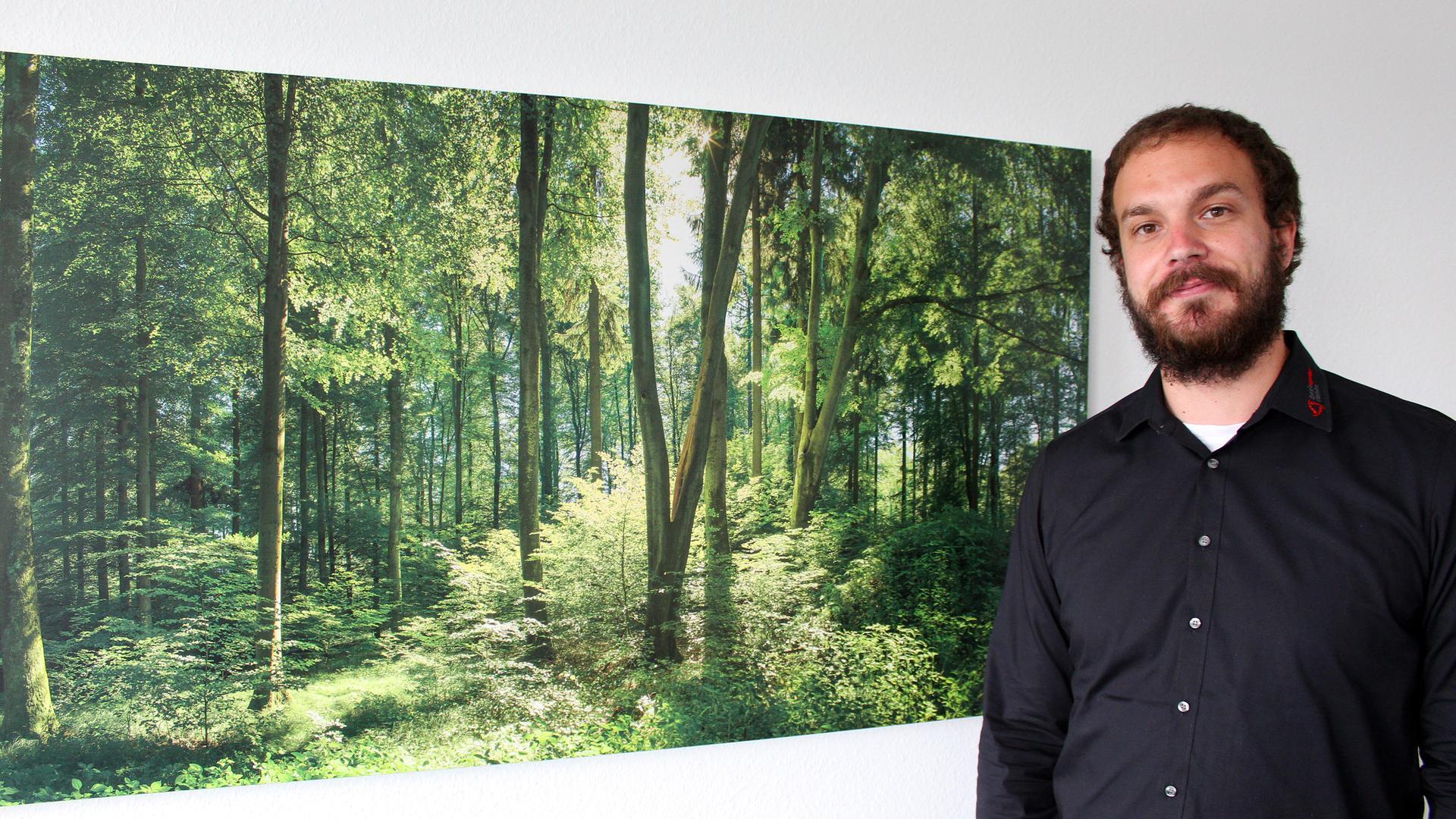 Seit einem Jahr im Dauereinsatz: Klimaschutzmanager Simon Friedmann arbeitet seit einem Jahr an einem Klimaschutzkonzept für den Landkreis Rastatt. Davon profitiert letztlich auch der heimische Wald, der von großer Bedeutung für den Klimaschutz ist, aber zunehmend unter dem Klimawandel leidet.